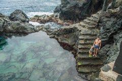 O pai e a filha estão indo nadar na piscina natural Charco De La Laja Foto de Stock Royalty Free