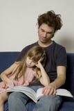 O pai e a filha estão sentando-se Imagem de Stock Royalty Free