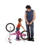 O pai e a filha inflam a bicicleta da roda Fotografia de Stock Royalty Free