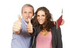 O pai e a filha mostram ESTÁ BEM Imagens de Stock
