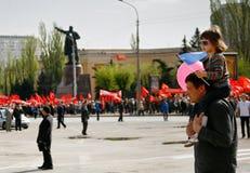 O pai e a filha participam na demonstração do primeiro de maio em Volgograd Fotografia de Stock