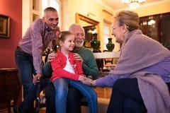 O pai e a filha visitam avós e divertimento ter com eles Foto de Stock Royalty Free