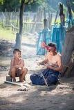 O pai e o filho de Tailândia estão trabalhando o bambu feito à mão da cesta ou o f imagens de stock