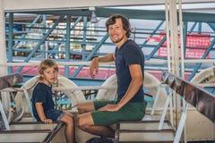 O pai e o filho nadam pela balsa através do porto de victoria em Hong Kon imagem de stock royalty free
