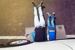 O pai e o filho que encontram-se sob o auto reparo fazendo trabalham Imagem de Stock