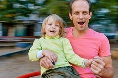 O pai e o filho têm o divertimento Fotos de Stock Royalty Free