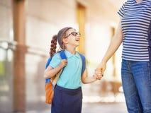 O pai e o aluno vão à escola Imagem de Stock Royalty Free
