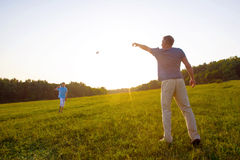 O pai e o filho lançam os aviões de papel Fotos de Stock Royalty Free