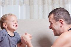 O pai e o filho novo estão lutando Imagens de Stock Royalty Free
