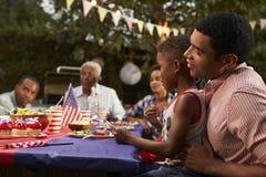 O pai e o filho pretos família o 4 de julho assam, fecham-se acima Foto de Stock Royalty Free