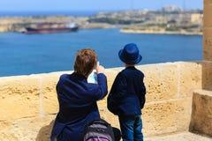 O pai e o filho viajam em Malta, Europa Fotos de Stock