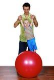 O pai e sua criança estão jogando Imagem de Stock