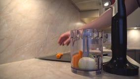 O pai está cozinhando, desbastando cenouras e cebolas filme