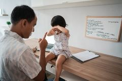 O pai está irritado quando sua filha o interrompe imagens de stock