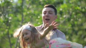 O pai gerencie a filha no parque da cidade vídeos de arquivo
