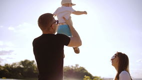 O pai joga o filho pequeno acima, e põe-no então sobre a terra filme