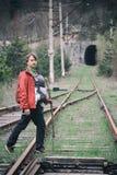 O pai leva seu filho infantil em um carrie do bebê na estrada de ferro tr Fotografia de Stock