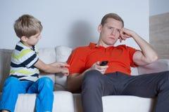 O pai não está interessado em seu filho imagens de stock royalty free