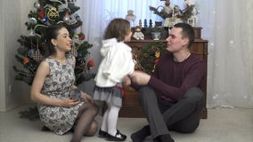 O pai novo está jogando com sua filha pequena filme
