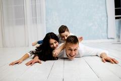 O pai novo tem o divertimento com filha e filho fotografia de stock royalty free