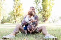 O pai Tattooed tem o divertimento com seu filho Imagem de Stock Royalty Free