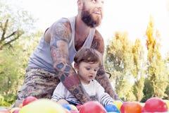 O pai Tattooed tem o divertimento com seu filho Imagem de Stock