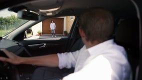 O pai tinha trazido um filho dirigir A mãe encontra um menino vídeos de arquivo