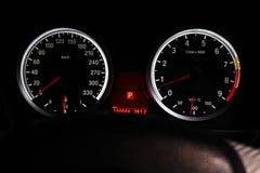 O painel de um carro de esportes é iluminado na noite imagem de stock royalty free