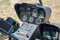 O painel do painel de controle da cabina do piloto calibra controles de Robinson R66 Imagem de Stock Royalty Free