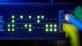 O painel do servidor de rede com interruptor e cabo de remendo cabografa na sala dos dados Computador de Digitas para o fundo da  video estoque