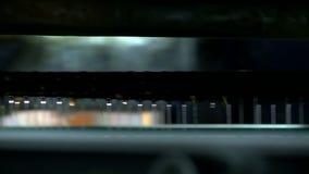 O painel move-se ao longo do transporte em colar o processo filme