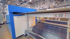 O painel solar está movendo-se ao longo da correia transportadora e está refletindo-se em um espelho filme