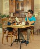 O paizinho cozinha um café da manhã Fotos de Stock Royalty Free
