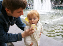 O paizinho dá ao gelado da filha Foto de Stock