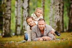 O paizinho e duas irmãs encantadores no mesmo bege encaracolado fizeram malha o swe imagem de stock royalty free