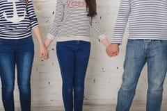 O paizinho e a filha da mamã da família guardam as mãos todas Foto de Stock