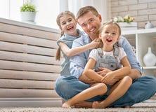 O paizinho e suas filhas estão jogando foto de stock royalty free