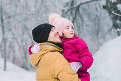 O paizinho guarda a filha do bebê em seus braços Foto de Stock