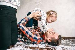 O paizinho joga com sua filha no assoalho Imagens de Stock