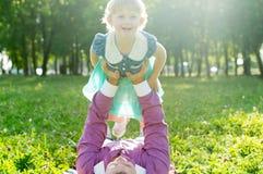 O paizinho mantem a filha em seus braços imagem de stock