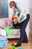 O paizinho ocupado limpa e falando no telefone Foto de Stock