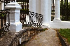 O palácio branco antigo em Rússia fotos de stock royalty free
