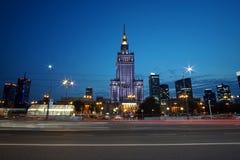 O palácio da ciência e da cultura no crepúsculo com borrão de movimento fotografia de stock royalty free
