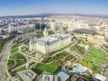 O palácio da cultura e Palas estacionam na cidade de Iasi, Romênia Imagens de Stock