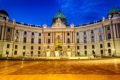 O palácio de Hofburg em Viena, vista crepuscular bonita imagem de stock