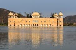 O palácio de Jal Mahal no homem Sagar Lake em Jaipur, Índia Imagens de Stock