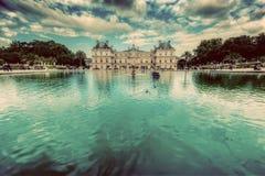 O palácio de Luxemburgo em jardins de Luxemburgo em Paris, França Imagens de Stock Royalty Free