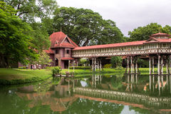 O palácio de madeira antigo é tão bonito em Nakornpathom Fotos de Stock