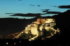 O palácio de Potala no crepúsculo Imagens de Stock Royalty Free