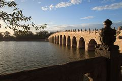 O palácio de verão, 17 guarda a ponte no nascer do sol Imagens de Stock